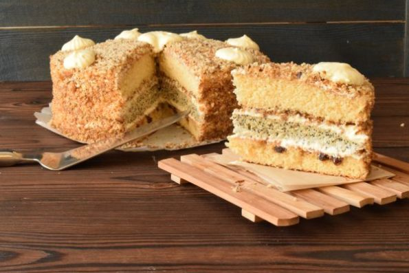 Готовится торт на сливках и сметане, что делает его воздушным и нежным.